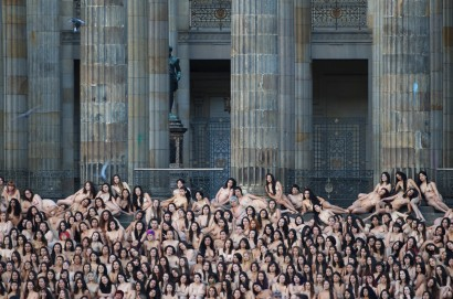 More than 6,000 Colombians pose in the nude for American art photographer Spencer Tunick at Bolivar Square in Bogota, on June 5, 2016. Tunick, famous for his pictures of huge crowds of naked people, on Sunday convinced more than 6,000 Colombians to strip down in Bogota's main public square -- all in the name of peace. / AFP PHOTO / STR